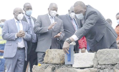 ?? /FREDRICK OMONDI ?? Pres­i­dent Uhuru Keny­atta lays a foun­da­tion stone of the In­te­grated Molec­u­lar Imag­ing Cen­tre at Keny­atta Univer­sity Teach­ing, Re­fer­ral and Re­search Hospi­tal on urs­day