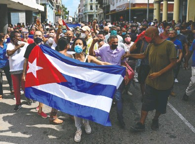 ?? YAMIL LAGE / AFP VIA GETTY IMAGES FILES ?? People march in a recent Havana demonstration to back the government of Cuban President Miguel Diaz-Canel.