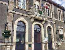 ??  ?? Des vasques suspendues embellissent la façade de la mairie