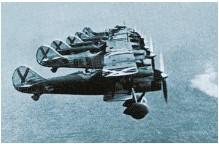 ??  ?? GUERREANDO DESDE EL CIELO. La ayuda militar a las tropas franquistas llegó también desde las fuerzas aéreas de Italia y Alemania. A la derecha, biplanos italianos FIAT C R 32; arriba, un bimotor Dornier DO-17, perteneciente a la Legión Cóndor alemana.
