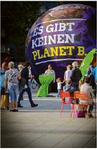 ??  ?? Grüne Mahnung am Nachmittag: Es gibt nur einen Planeten.