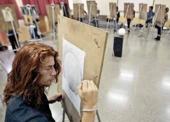 ?? Foto: Hemeroteca PL ?? Un grupo de alumnos recibe clases de dibujo y pintura en la Escuela Nacional de Artes Plásticas Rafael Rodríguez Padilla.
