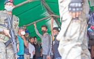 ?? /Foto: AP ?? Migrantes hondureños se encuentran a bordo de un camión del Ejército antes de regresar a casa en Morales, Guatemala.