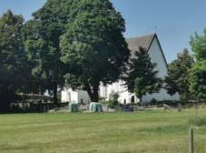 ??  ?? LOCKAR MIDSOMMARFIRARE I närheten av den här kyrkan ligger Kaplansgården. Byn bjuder också årligen på ett välbesökt midsommarfirande. Vad heter kyrkan? ● 1. Härnevi kyrka ● X. Vallby kyrka ● 2. Härkerga kyrka