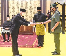 ??  ?? Guan Dee receiving the le er of appointment from Sultan Abdullah at Istana Negara on Friday. Also seen is Muhyiddin (seated). - Bernama photo