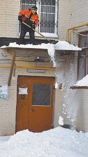 ?? Фото Ивана ВИСЛОВА/Комсомольская правда/ PhotoXPress.RU ?? Плати ОДН, а то снег башка попадёт...