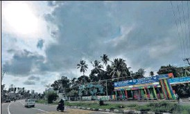 ?? VIVEK R. NAIR/HT PHOTO ?? Clouds overcast the sky in Thiruvananthapuram after the onset of southwest monsoon in Kerala on Thursday.
