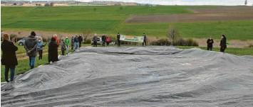 ?? Foto: Horst von Weitershausen ?? Mit einer 350 Quadratmeter großen Folie sollte veranschaulicht werden, wie groß der Flächenfraß von zehn Hektar für eine Um‰ gehung von Diemantstein wäre.