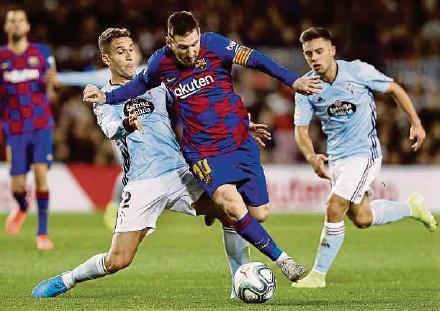 ?? EPA PIC ?? Barcelona's Lionel Messi (centre) dribbles past Celta's Hugo Mallo (left) and Fran Beltran in a La Liga match at Nou Camp on Saturday.