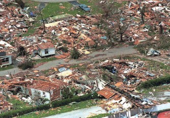 ?? RAY FAIRALL, AP ?? Hur­ri­cane An­drew ripped the roofs off thou­sands of Florida homes in 1992.