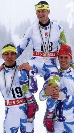 ?? FOTO: IMAGO / KOSECKI ?? Sprint-Olympiasieg 1992: Die Teamkollegen Ricco Groß (li.) und Frank-Peter Rötsch lassen Mark Kirchner in Albertville hochleben.