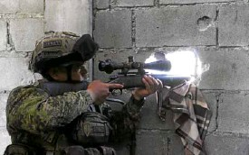 ?? —REUTERS ?? SNIPING AT REBELS An Army sniper belonging to the 2nd Mechanized Infantry Division trains his sights on rebels belonging to the Bangsamoro Islamic Freedom Fighters in Maguindanao province.