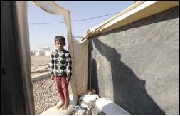 ??  ?? طفل عراقي يقف قرب خيمة في مخيم للنازحين في ضواحي الموصل