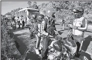 ?? ARCHIVO ?? Agentes Metropolitanos de Transito controlan las licencias de conducir a motocicletas en la av. Simón Bolivar.