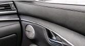 ??  ?? В высшей комплектации интерьер QX55 отделан полированным алюминием и натуральным кленовым шпоном с открытыми порами. Причём классический материал смотрится в современном стиле вполне органично.