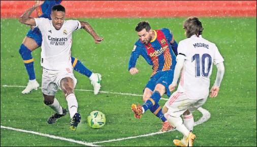 ??  ?? Messi chuta a puerta entre Militao y Modric durante el último Clásico disputado en LaLiga.