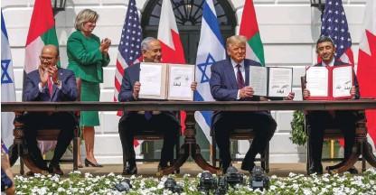 ??  ?? Bahrajnski zunanji minister Abdulatif al Zajani, izraelski premier Benjamin Netanjahu, ameriški predsednik Donald Trump in zunanji minister Združenih arabskih emiratov Abdulah bin Zajed med podpisom dogovora o normalizaciji odnosov prejšnji mesec v Washingtonu