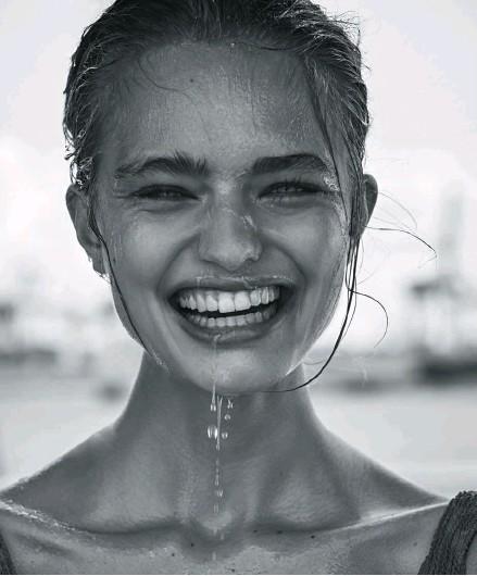 ??  ?? Quien no ríe solo ríe más y mejor. Según un estudio de la Universidad de Oxford es 30 veces más probable que la risa surja si se está con otras personas.