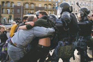 ?? ASSOCIATED PRESS PHOTO ?? Police officers try to detain protesters during an unsanctioned rally in the center of Moscow on Saturday. Some 1,500 people participated in the demonstrations.