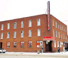 ?? EDMONTON JOURNAL/FILE ?? The York Hotel in 2010. It was demolished two years later.