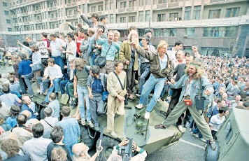 ??  ?? The beginning of the end: on August 19 1991 the tanks rolled in to the streets of Moscow