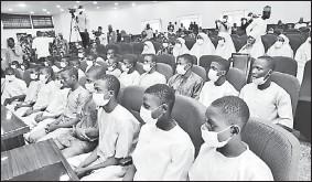 ??  ?? 一群武裝分子本月17日,襲擊尼日利亞尼日爾州卡加拉區的州立政府科學中學,綁架27名男學生、3名學校員工和12名員工家屬。被擄人士上週六獲釋后,其中27名男學生到該州首府明納的州會議廳坐下。