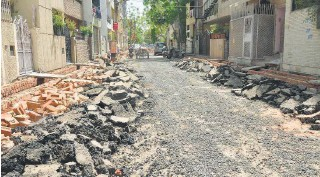 ?? R.V. MOORTHY ■ ?? On the street where you live Delhi's MG Road under construction