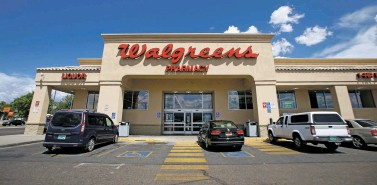 ?? LUIS SÁNCHEZ SATURNO/THE NEW MEXICAN ?? The Walgreens at the corner of Fairview Lane and North Riverside Drive in Española dispensed the third-highest number of pain pills in New Mexico between 2006 and 2012.