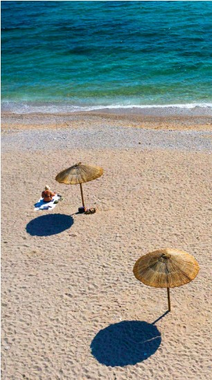?? Foto: dpa/Lefteris Partsalis ?? Manchmal sind größere Abstände hilfreich: Strand südlich von Athen