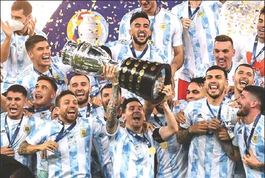 ??  ?? ميسي يرفع كأس كوبا أمريكا مع زملائه عقب انتصار الأرجنتين على البرازيل في المباراة النهائية