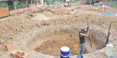??  ?? La construcción de nuevas aulas en el Colegio Departamental Boquerón recién está en los cimientos, a un mes del inicio de clases.