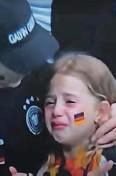 ?? Foto Youtube ?? Med prenosom nogometne tekme Nemčija – Anglija je režiser za nekaj trenutkov pokazal plavolaso dekletce v solzah, čemur je sledil sramoten odziv številnih angleških navijačev.