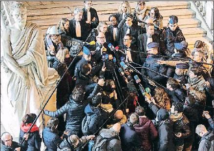?? OLIVIER MATTHYS / AP ?? Paul Bekaert, abogado de Puigdemont, habla a los periodistas en las escaleras del Tribunal de Bruselas