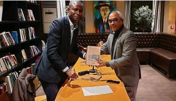 ?? DR ?? Bumba Castro (à esquerda) fez a apresetnação oficial do livro em Lisboa no mês de Janeiro