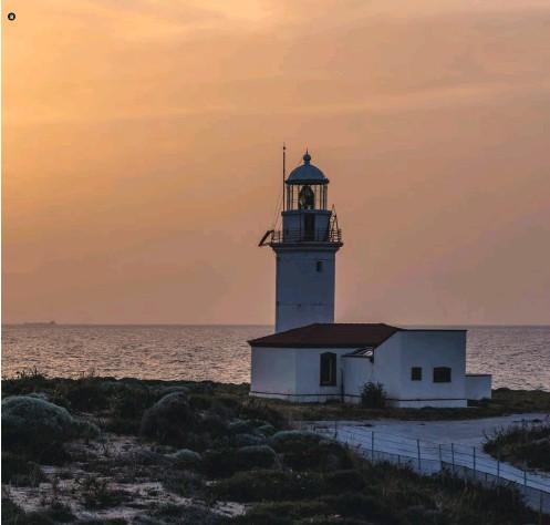 ??  ?? Bozcaada'nın güneydoğu ucundaki Batıburnu'nda bulunan Polente Deniz Feneri 1861 yılında inşa edilmiş. The Polente Lighthouse was built in 1861 on Batıburnu, the southeastern edge of Bozcaada.