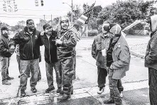 ?? Erin Kirkland / New York Times ?? John Jackson III, left, vice president of UAW Local 598, and Cad Fabbro, second from left, UAW Local 598's financial secretary, support a picket line outside a GM assembly plant in Flint, Mich.