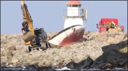 ?? FOTO: STEINAR CHARMAN ?? Maskin og vedlikehold AS fjernet restene av seilbåten mandag.