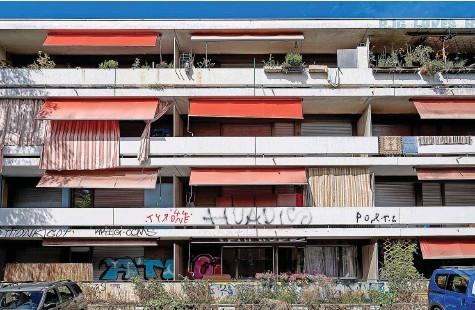 ?? Foto: Adrian Moser ?? Das heruntergekommene Gebäude am Lagerweg in der Lorraine gehört heute dem Zürcher Immobilienkönig Fredy Schönholzer. Bis 2013 boten hier Prostituierte ihre Dienste an.