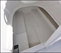 ??  ?? La cabine ne permet pas de passer une nuit, mais elle est suffisante pour loger tout le matériel du bord.