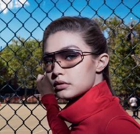 ??  ?? Gigi Hadid posa en uno de sus rincones favoritos de Nueva York con su nueva colección de gafas para Vogue Eyewear.