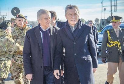 ?? Archivo Presidencia ?? El exministro de Comunicaciones Oscar Aguad y el expresidente Mauricio Macri.
