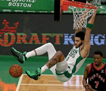 ?? Matt stone pHotos / Herald staFF ?? HANG TIGHT: Celtics forward Jayson Tatum hangs on the rim after dunking as Toronto's Kyle Lowry looks on during the second quarter at TD Garden on Thursday night. At top left, Boston's Jeff Teague scores between Toronto's Aron Baynes (46) and Stanley Johnson. At bottom left, Celtics guard Payton Pritchard steals the ball from Toronto's Chris Boucher.