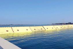 ?? Durante le prove ?? Le paratoie mobili a scomparsa alla bocca di porto del Lido nord mentre si sollevano in acqua