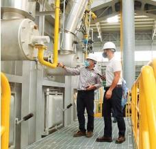 ?? LAS LOMAS ?? Un especialista explica el funcionamiento de una parte de la primera planta siderúrgica boliviana.