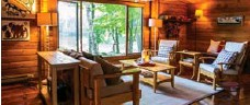 ?? MCMURTRY FAMILY ?? The cottage features a post-and-beam, pan abode architectural design.