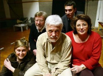 ?? (Photo Philippe Bertini) ?? En , Guy Bedos, Daniel Benoin et les comédiens de Sortie de scène, au Théâtre national de Nice.