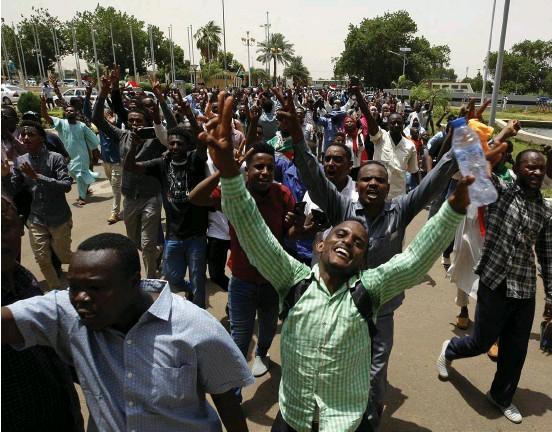 ?? Bild: AP ?? Sudaneser firar på gatan i Khartum efter undertecknandet av ett tidigare avtal om maktdelning mellan militären och proteströrelsen.