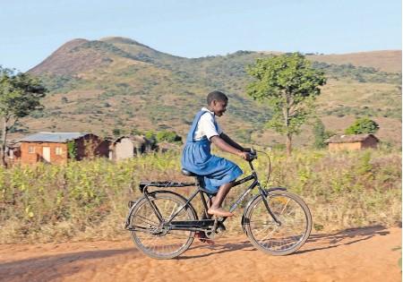 ?? FOTO: WORLD BICYCLE RELIEF EDUCATION ?? Die sieben Kilometer zur Schule schaffte Aleni zu Fuß oft nicht rechtzeitig. Ein Buffalo-Fahrrad erleichtert es der 16-Jährigen aus Malawi, rechtzeitig im Unterricht zu sein. Nach dem Schulabschluss möchte sie mal Krankenschwester werden.