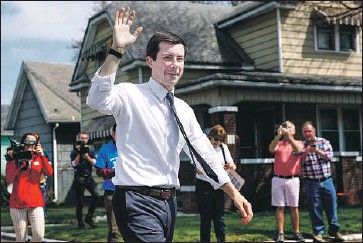 ?? Kamil Krzaczynsk­i AFP / Getty Images ?? SOUTH BEND, Ind., Mayor Pete Buttigieg mingles with his hometown constituen­ts on Monday.
