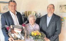 ?? FOTO: STADT BOPFINGEN ?? Bürgermeister Gunter Bühler (links) und Ortsvorsteher Dietmar Schönherr gratulieren Josefine Gschwendtner.